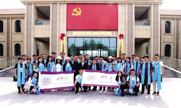 """清华大学研究生部新生党支书""""新雁班""""的学生在土默特红色教育基地学习。"""