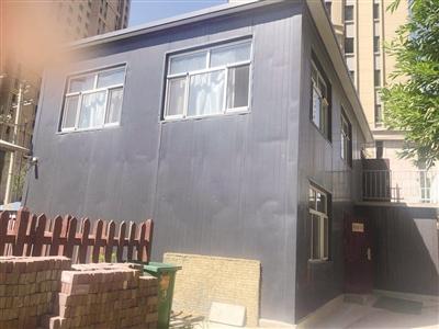 临时搭建的二层彩钢房