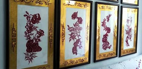 董存娥家中挂满了剪纸作品