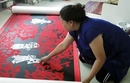 董存娥展示巨幅剪纸作品《荣华》