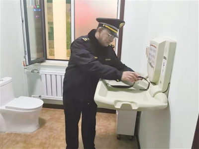 工作人员检查青城驿站第三卫生间的母婴设施